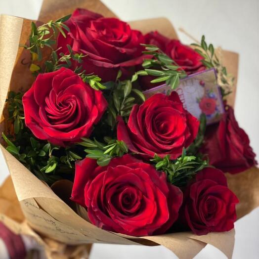 7 красных роз с зеленью