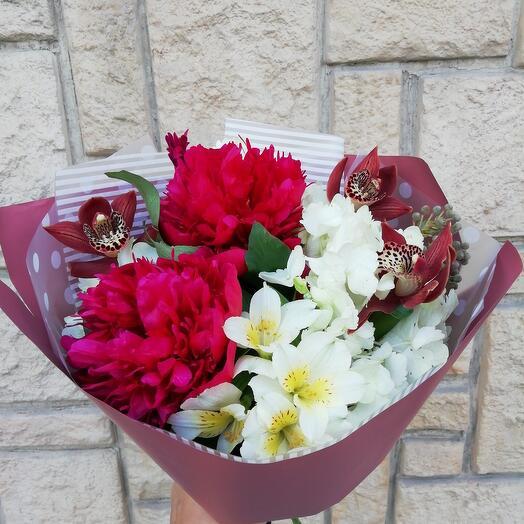 """Букет с пионами, орхидеями, гортензией и альстромерией """"Бордо"""""""