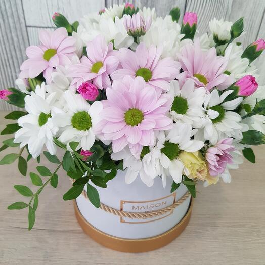 Букет в шляпной коробке из разноцветных  хризантем