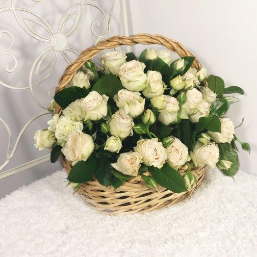 Белые кустовые розы в корзине Райский сад