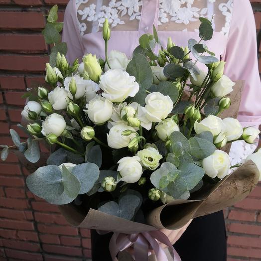 Букет из белой кустовой розы и эустомы: букеты цветов на заказ Flowwow
