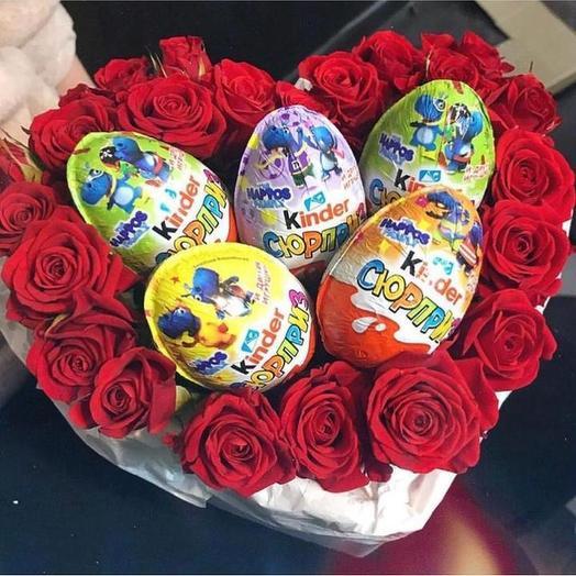 Сладкий букет с розами «Сюрприз»: букеты цветов на заказ Flowwow