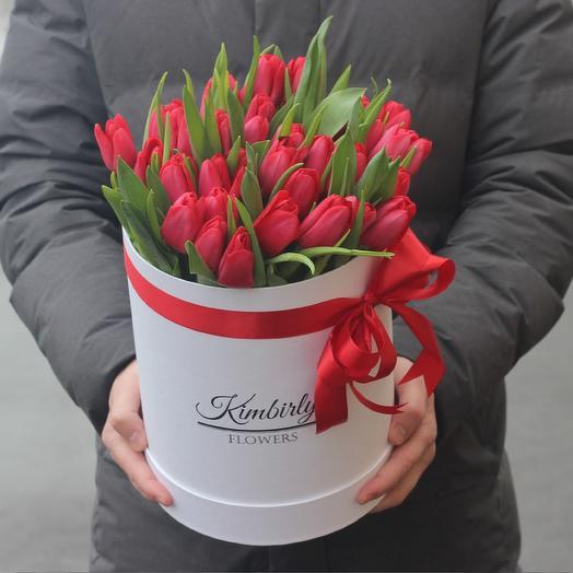 Шляпная коробка красных тюльпанов: букеты цветов на заказ Flowwow