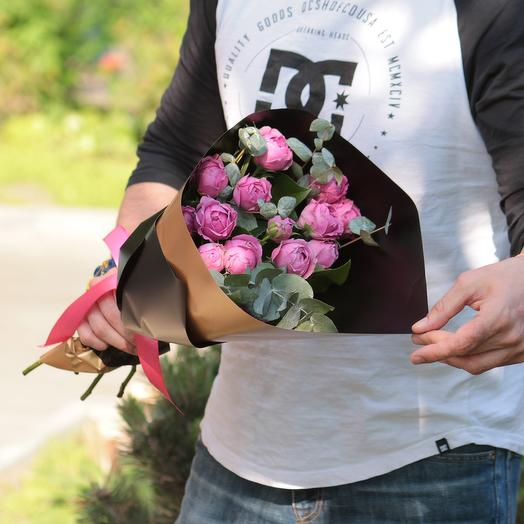 Пионовидные кустовые розы Мисти Баблс с эвкалиптом в дизайнерской упак