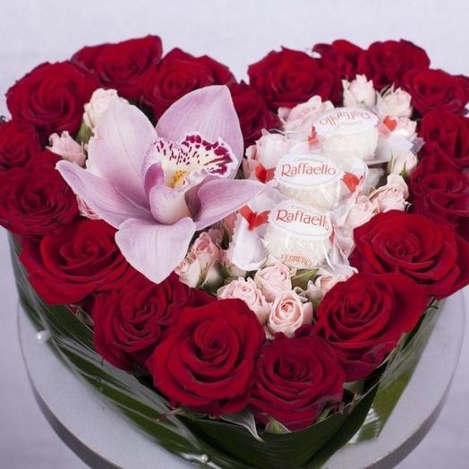Сердце с розами орхидеей и конфетами Rafae o: букеты цветов на заказ Flowwow
