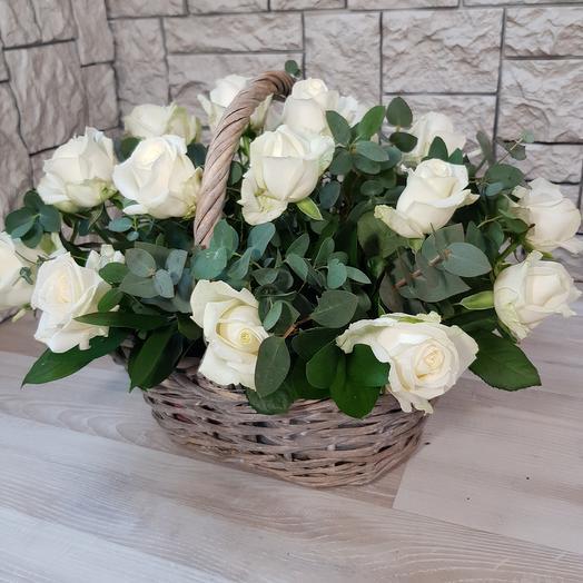 Корзина из 19 белых роз: букеты цветов на заказ Flowwow