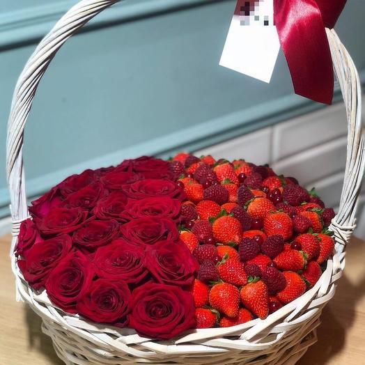 Корзина с ягодами и розами: букеты цветов на заказ Flowwow