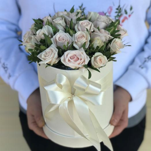 Коробки с цветами. Кремовая кустовая роза. N624: букеты цветов на заказ Flowwow