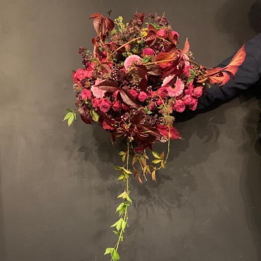 Гербера в кустовой пионовидной розы и листьями винограда: букеты цветов на заказ Flowwow