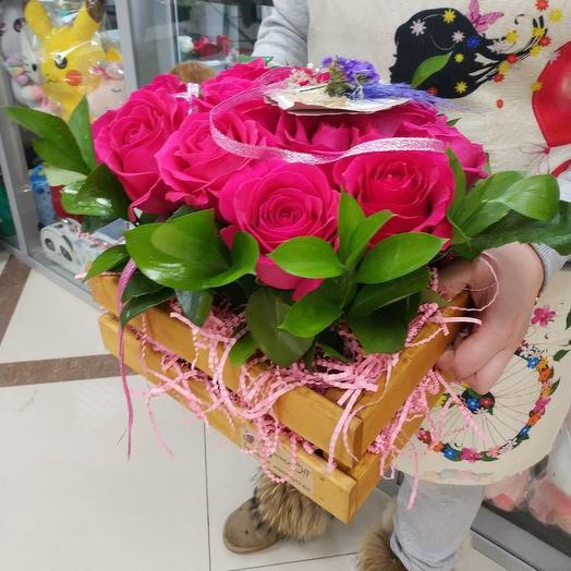 Деревянный ящик с рускусом и розами