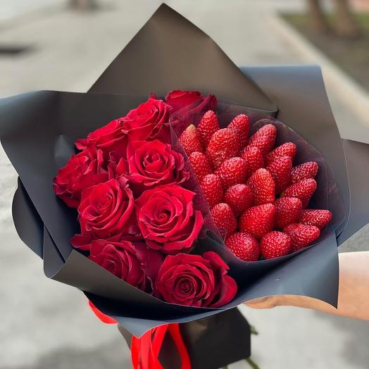 Половинка S с розами и клубникой: букеты цветов на заказ Flowwow