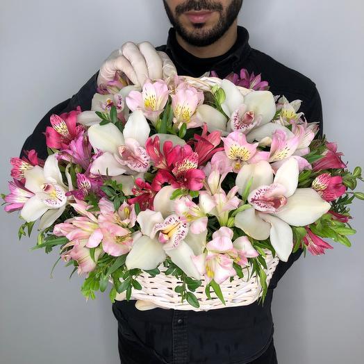 Эстетичный внешний вид корзины с свежими цветами орхидеи и альстромерии