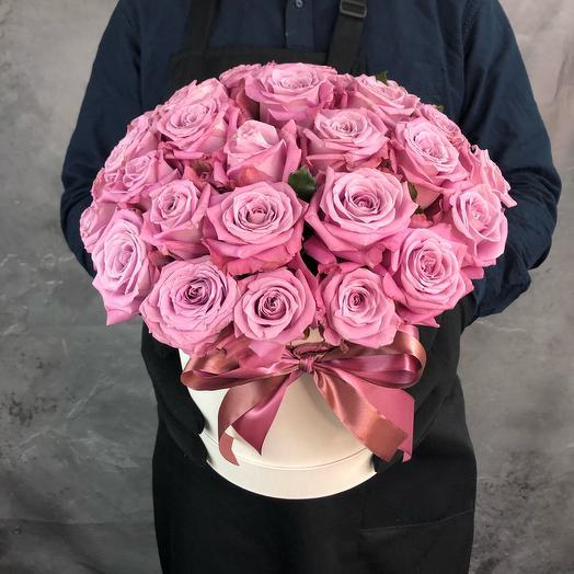 35 фиолетовых роз в светлой коробке