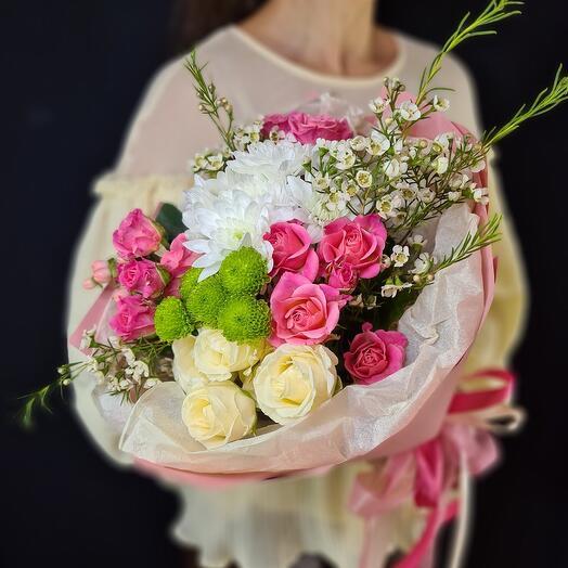 Букет их кустовых роз и хризантем