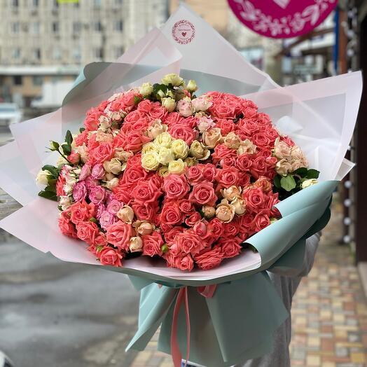 Букет из 61 кустовой розы
