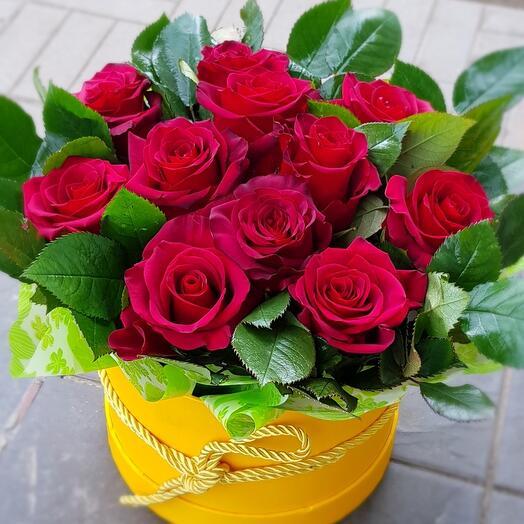 Розы бордовые  в коробке