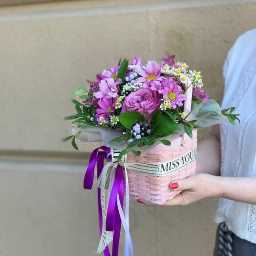 Композиция из роз и хризантем в корзинке