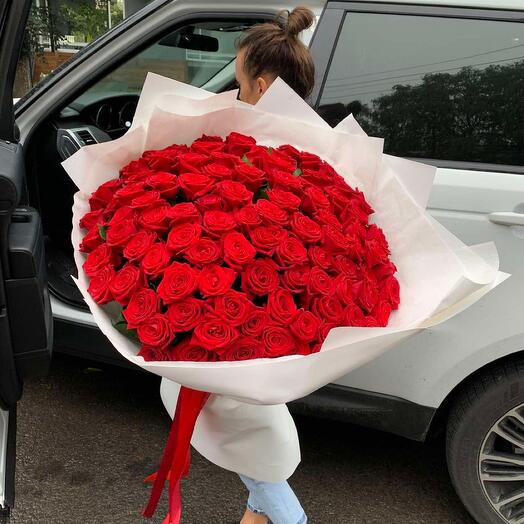 101 красная Роза в белом оформлении