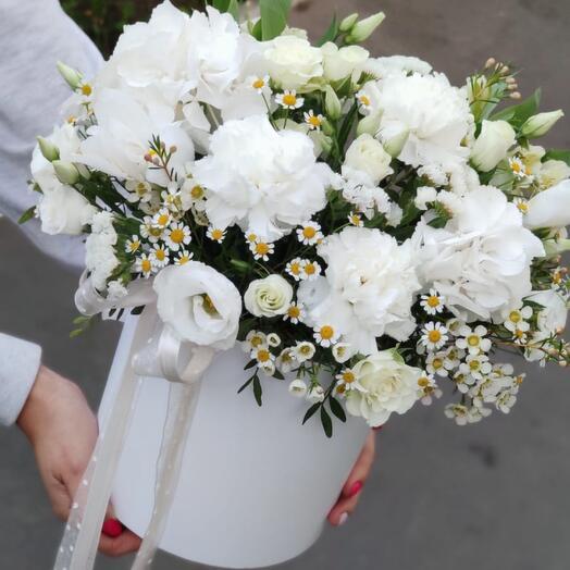 Цветы в коробке белая