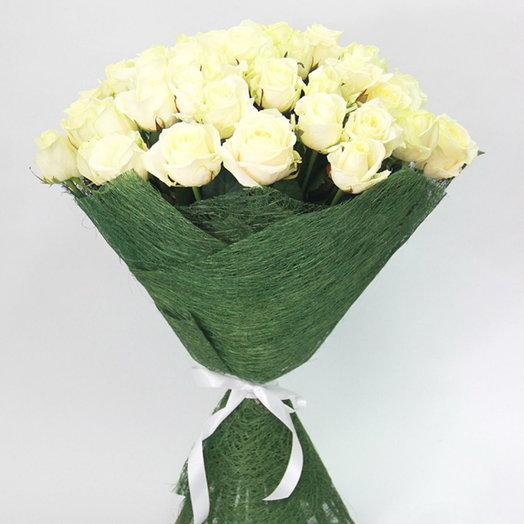 51 белая роза в упаковке: букеты цветов на заказ Flowwow