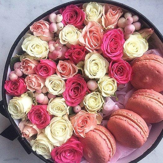 Розы с макаронс: букеты цветов на заказ Flowwow