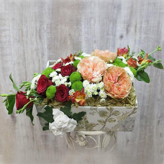 Коробка ручной работы с пионовидными розами: букеты цветов на заказ Flowwow