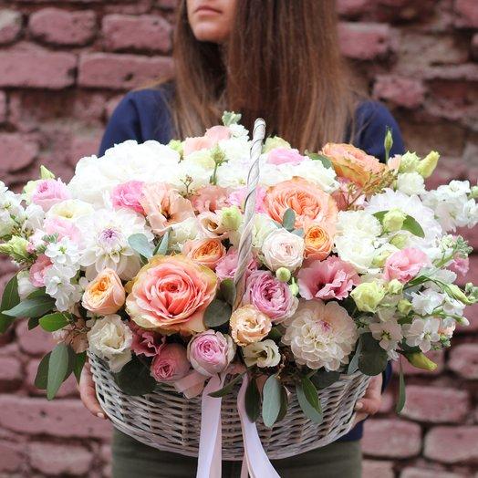 Корзина с маттиолой, пионовидными розами и эустомой: букеты цветов на заказ Flowwow