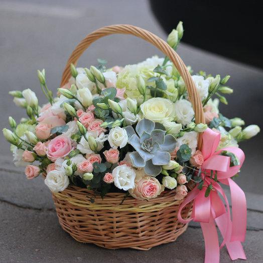 Нежная корзина с гортензией и розами