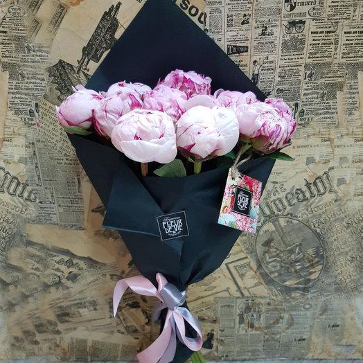 Букет из 11 пионов Сара Бернар в черной упаковке: букеты цветов на заказ Flowwow