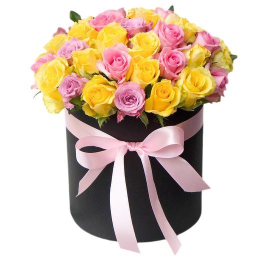 Нежная композиция из роз в шляпной коробке: букеты цветов на заказ Flowwow
