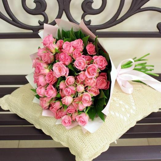 11 розовых или кремовых кустовых роз