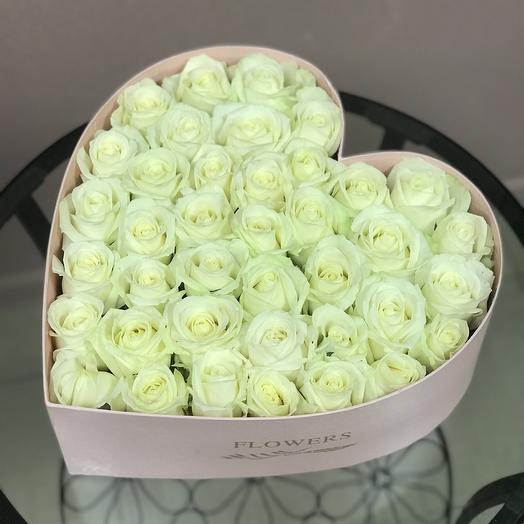 Нежное сердце из белых роз в коробочке