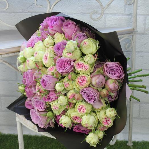 Микс пионовидных роз в черной упаковке: букеты цветов на заказ Flowwow