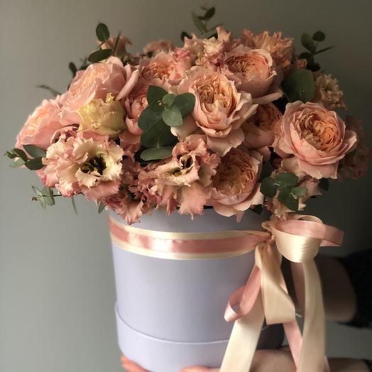 Шляпная коробка с пионовидной розой Джульетта и лизиантусом