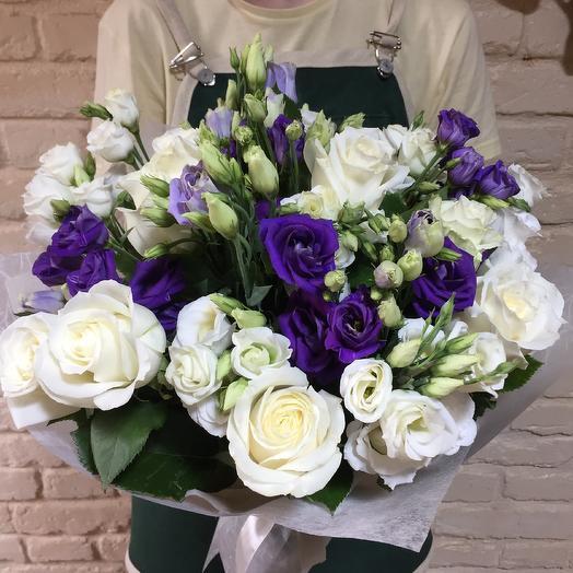 Букет из белых роз и эустом