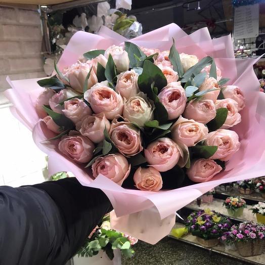 Пионовидные розы в дизайнерской упаковке 33 шт: букеты цветов на заказ Flowwow