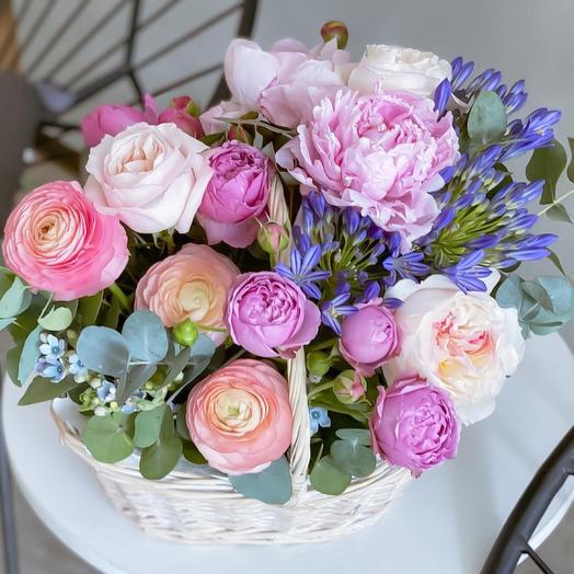 Роскошная корзина с воздушными пионами, садовыми розами Дэвида Остина, шикарными ранункулюсами и яркими розами Misty Bubbles