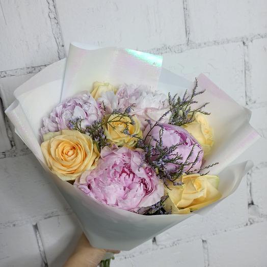 Красивый букет с пионами и розами персикового оттенка: букеты цветов на заказ Flowwow