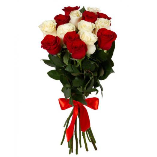 Букет из 15 белых и красных роз