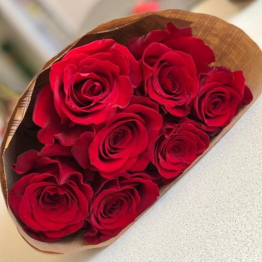 7 красных роз в крафте