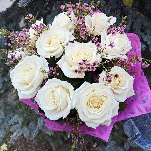 Белые розы и ваксфлауэр