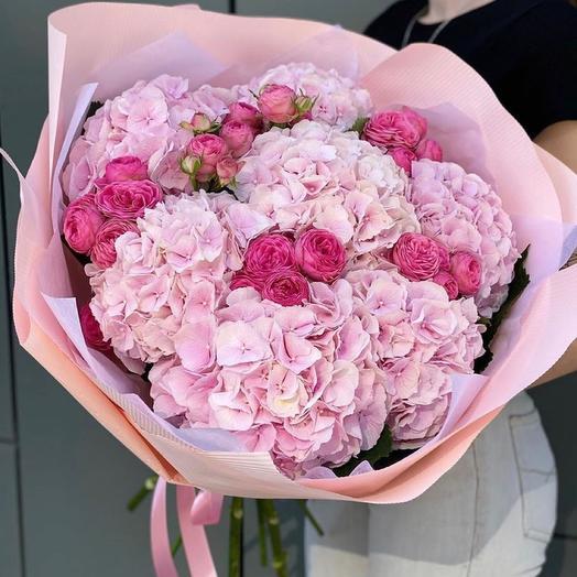 Букет из гортензий и пионовидной розы