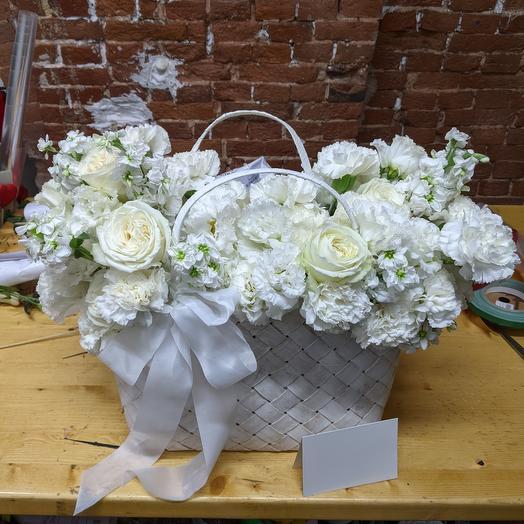 Композиция Белые цветы в сумке