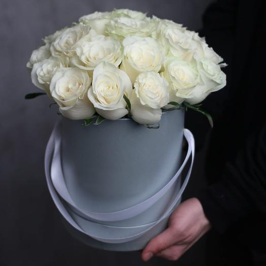 """Шляпная коробка с 21 белой розой """"Мондиаль"""""""