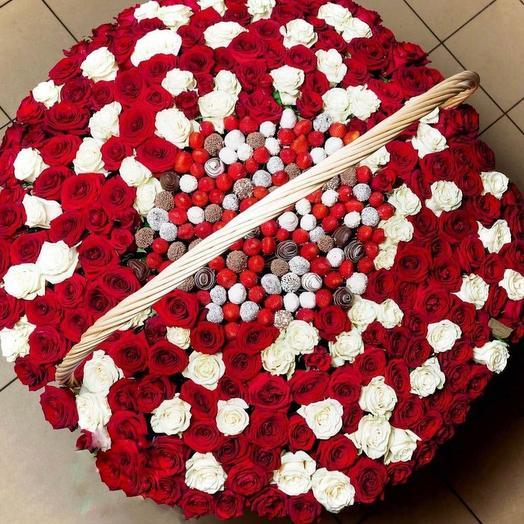 Клубничная корзина с розами