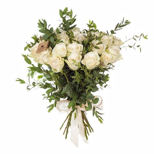 Букет из 25 роз с эвкалиптом