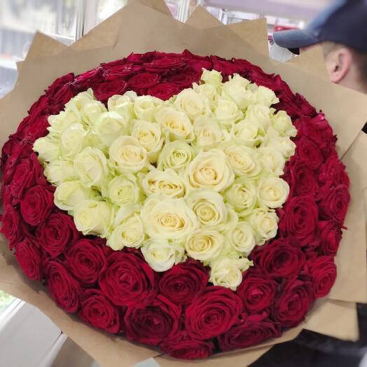 Огромный букет из 101 розы в форме сердца