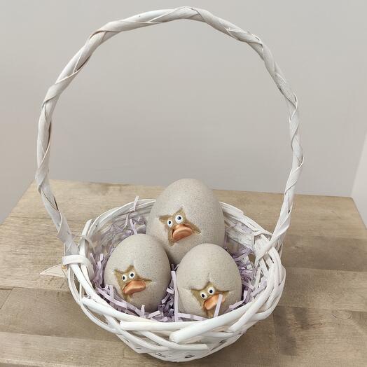 Пасхальная плетёная корзина с яичками