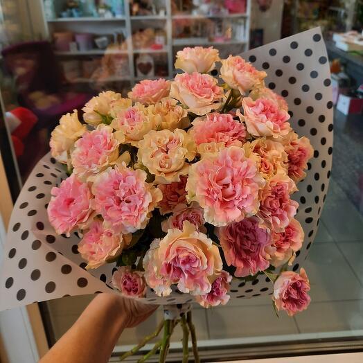 Букет удивительных кустовых роз