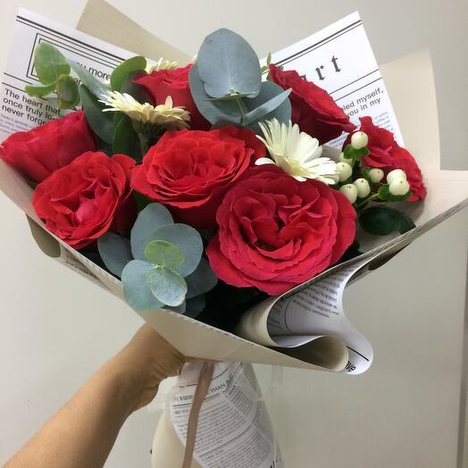 Букет с герберой и розами